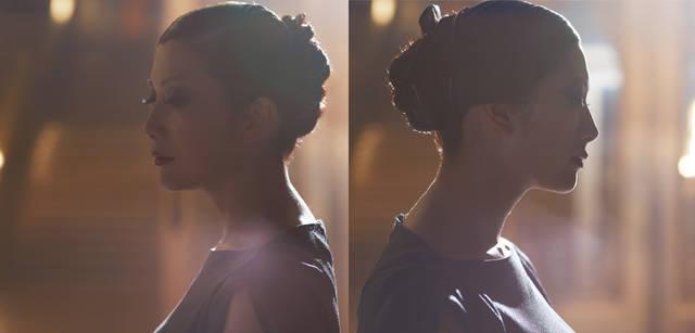<strong>GIORGIO ARMANI|ジョルジオ アルマーニ</strong><br />身体のラインを美しく見せてくれるカッティングの妙。少しだけ鎖骨の見える襟ぐり、シャーリングのほどこされた袖口から、確立された女性らしさが匂い立つ。ドレス30万4500円(ジョルジオ アルマーニ/ジョルジオ アルマーニ ジャパン Tel. 03-6274-7070)