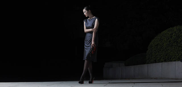 <strong>GIORGIO ARMANI|ジョルジオ アルマーニ</strong><br />流れるように身体を包み込む、そのドレスのライン。どこかエッジのきいたデザインながら、エレガンスやフェミニニティも感じさせ、さらに着心地の良さも約束してくれる。ドレス 30万4500円、クラッチバッグ 105万円、靴は本人私物(ジョルジオ アルマーニ/ジョルジオ アルマーニ ジャパン Tel. 03-6274-7070)