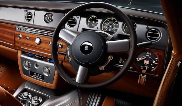 <strong>Rolls-Royce Phantom Coupe Aviator Collection|<br />ロールス・ロイス ファントム クーペ アビエーター コレクション</strong><br />メーターパネルはマットブラック仕上げ