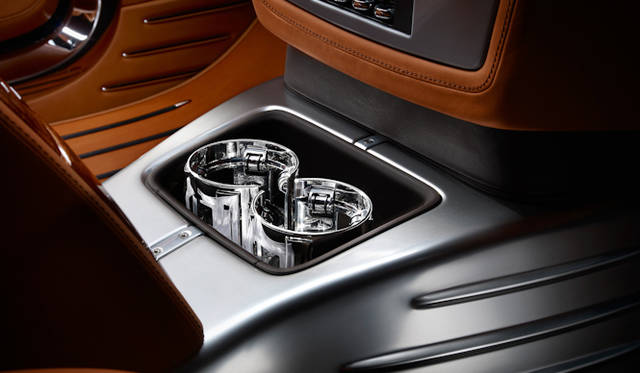<strong>Rolls-Royce Phantom Coupe Aviator Collection|<br />ロールス・ロイス ファントム クーペ アビエーター コレクション</strong><br />あえて、ネジ山を露出させるデザインがとられている また、カップフォルダーはアルミニウムを磨きこんだもの