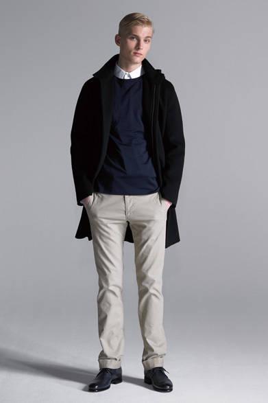 """<strong><div class=""""tText"""">Conservative Style:3</div> シンプルな色遣いで構築した<br /> タイムレスなコートの着こなし </strong><br /><br />  黒のフーデッドコートはフロントがジップアップの比翼仕立てで、極めてシンプルなデザイン。このアウターの魅力を最大限に引き出すために、合わせる他のアイテムもすべて無地で統一したコーディネートだ。シャツは白、カットソーはネイビー、そしてボトムスのコットンパンツはオフホワイトと、色味も実にコンサバティブ。唯一にして効果的に今っぽさを表現するテクニックは、きっちり折り込んだボトムスの「ロールアップ」である。 <br /><br /><br /> コットンパンツ2万7300円、コート8万2950円、カットソー1万4700円、シャツ1万9950円、シューズ4万950円"""