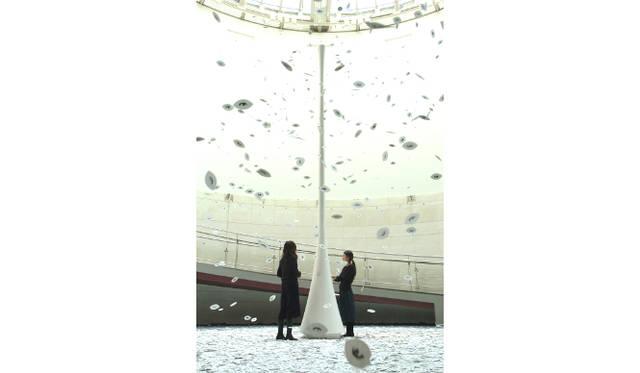<strong>伊藤嶺花×鈴木康広|スピリチュアル対談(後編)</strong> 鈴木さんが2003年につくった作品『まばたきの葉/Blinking Leaves』(2003)<br />photo: Katsuhiro Ichikawa Courtesy of Wacoal Art Center