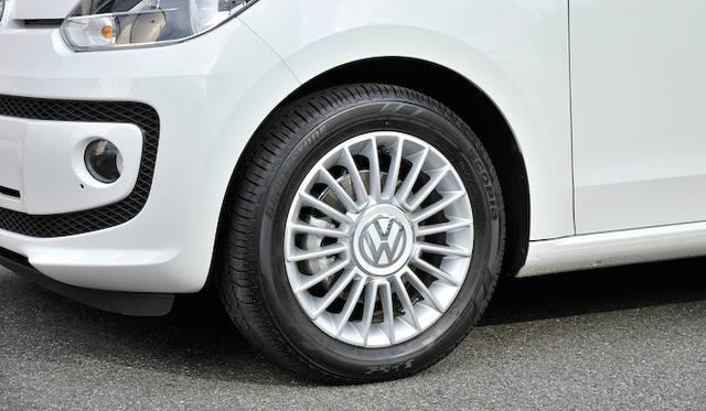 <strong>Volkswagen up!|フォルクスワーゲン アップ!</strong><br />最上位グレードの「high up!(183万円)」は15インチアルミホイールを標準装備