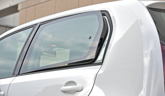 <strong>Volkswagen up!|フォルクスワーゲン アップ!</strong><br />4ドアモデルの場合 後ろの窓は少し持ち上がる程度にしか開かない