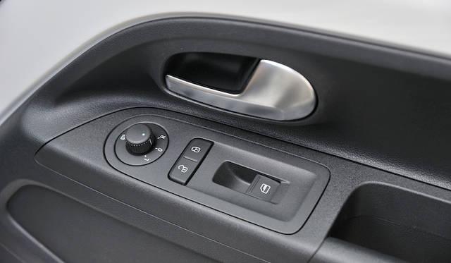 <strong>Volkswagen up!|フォルクスワーゲン アップ!</strong><br />パワーウインドウの操作スイッチは、運転席側に1つ、助手席側に1つ 運転席から助手席の窓を操作するには、左腕を左のドアまで伸ばす必要がある