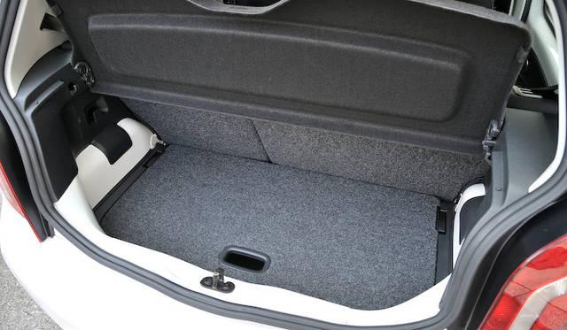 <strong>Volkswagen up!|フォルクスワーゲン アップ!</strong><br />トランクルーム底面のボードは、上下に調節できる 写真は上にセットした状態