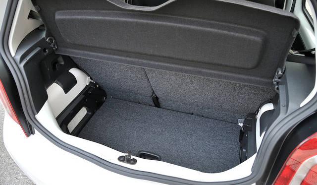 <strong>Volkswagen up!|フォルクスワーゲン アップ!</strong><br />トランクルーム底面のボードは、上下に調節できる 写真は下にセットした状態