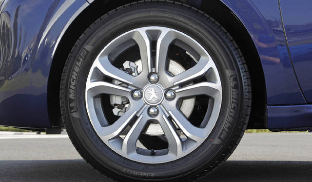 <strong>Peugeot 208|プジョー 208</strong><br />タイヤは195/55 R16