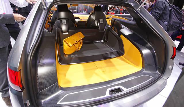 <strong>Audi crosslane coupe|アウディ クロスレーン クーペ</strong> 電動スライド式のカゴのようなものを備えたトランクルーム