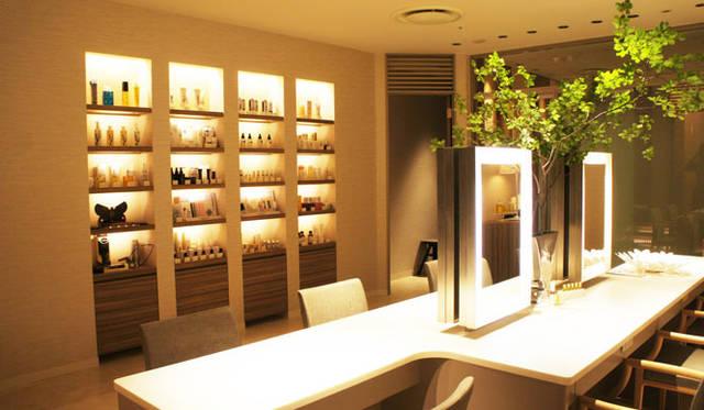 """サロン「BeautyApothecary spa by uka」 レセプションのつぎにお客さまを迎える""""ビッグテーブル"""""""