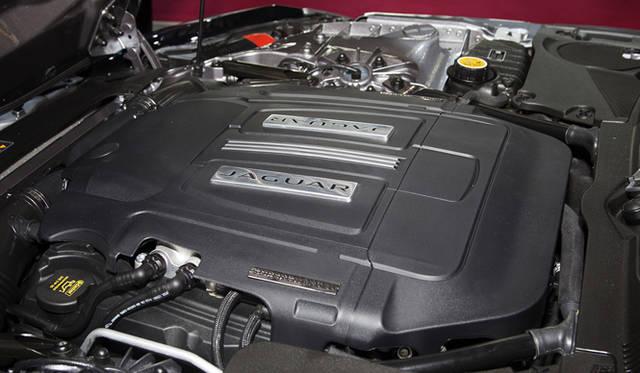 <strong>Jaguar F-Type|ジャガー Fタイプ</strong><br />エンジンはV型8気筒5リッターとV型6気筒3リッターの2種類で、いずれも直噴スーパーチャージャーが搭載される。