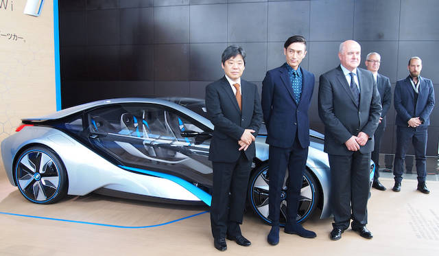 <strong>BMW i8 Concept|ビー・エム・ダブリュー i8 コンセプト</strong><br />(前列左から)BMW Group JapanプロジェクトBMW i ディレクターの丸山英樹氏、リバース・プロジェクト代表の伊勢谷友介 氏、BMW Group Japan代表取締役のアラン・ハリス氏 (後列左から)BMW AGから来日したBMW i セールス&マーケティング ディレクターのDr.マキシミリアン・ケルナー氏、おなじくBMW AGから来日したBMW i シニア・エクステリア・デザイナーのカイ・ランガー氏