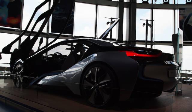 <strong>BMW i8 Concept|ビー・エム・ダブリュー i8 コンセプト</strong><br />展示は六本木ヒルズ52階の展望台だ。現在の東京を見下ろしながら、BMWの考える未来を見ることができる