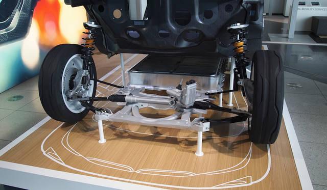 <strong>BMW i3 Concept|ビー・エム・ダブリュー i3 コンセプト</strong><br />カーボン構造の乗員スペース「ライフモジュール」とアルミニウムの下部ユニット「ドライブモジュール」の展示は日本初となる