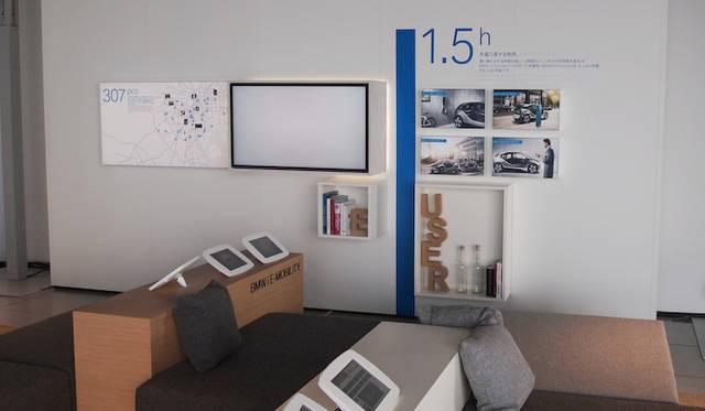 <strong>BMW i. BORN ELECTRIC TOUR.</strong><br />会場では車両のみではなく、それをとりまく環境についての展示もおこなわれる。写真のパネルは給電にかんするものだ