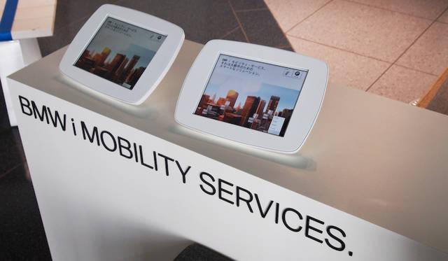 <strong>BMW i. BORN ELECTRIC TOUR.</strong><br />BMW i は、クルマだけではなくそれを取り巻くインフラやサービスも含めての概念だ。ここでは、サービスの例をタブレットをつかい紹介している