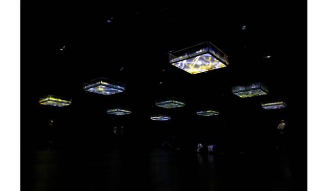 坂本龍一+高谷史郎《LIFE - fluid, invisible, inaudible…》 2007年 YCAM委嘱作品 Photo:丸尾隆一(YCAM) 写真提供:山口情報芸術センター [YCAM] 【参考図版】