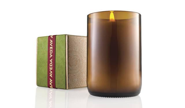 "<div id=""creator_contents_subtext""><strong>AVEDA|アヴェダ</strong><br />アヴェダからあたらしいアロマブレンドのキャンドルが登場。ジンジャー、ジンジャーリリー、クローブなどの洗練された甘くスパイシーな香りはすべてオーガニック認定。100パーセント自然界由来成分による優しいアロマが温かい気持ちにしてくれる。容器はビール瓶の下部をカットして作られた100パーセントリサイクルによるもの。<br /><br />「アロマ満るひとときを」ホリデー ソイワックス キャンドル[燃焼時間約40時間] 5775円(11月1日発売/店舗にて予約受付中)<br /><br />アヴェダお客様相談室<br />Tel. 03-5251-3541<br />http://www.aveda.co.jp</div>"
