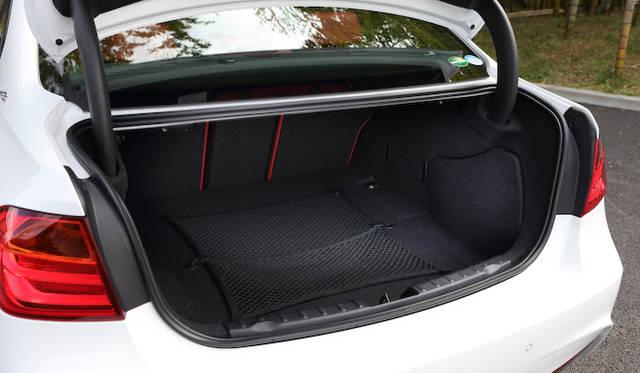 <strong>BMW ActiveHybrid 3|ビー・エム・ダブリュー アクティブ ハイブリッド 3</strong><br />バッテリーを搭載するぶん、トランク容量はほかの3シリーズ・セダンとくらべて90リットル少ない380リットルだが、数値ほど小ささを感じることはなかった