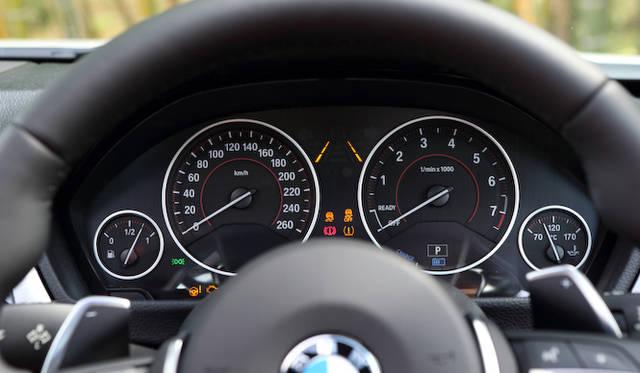 <strong>BMW ActiveHybrid 3|ビー・エム・ダブリュー アクティブ ハイブリッド 3</strong><br />ヘッドアップディスプレイ、レーン・チェンジウォーニング、レーン・ディパーチャーウォーニング(車線逸脱警告システム)、前車接近警告機能がセットになった「イノベーション・パッケージ」は220,000円のオプション設定