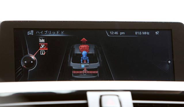 <strong>BMW ActiveHybrid 3|ビー・エム・ダブリュー アクティブ ハイブリッド 3</strong><br />ハイブリッドシステムがその瞬間どう働いているか、リアルタイムで表示される