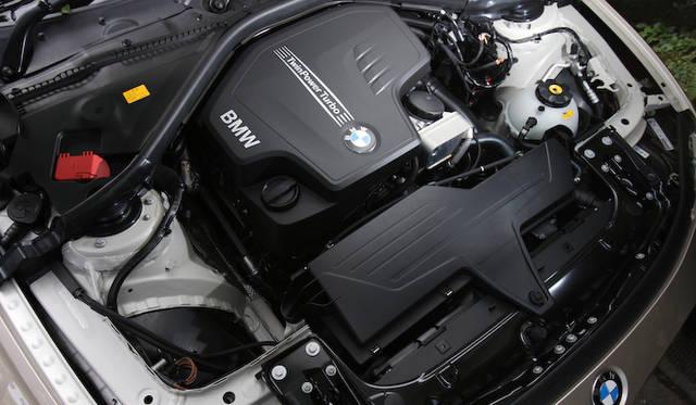 <strong>BMW 320i xDrive|ビー・エム・ダブリュー 320i エックスドライブ</strong><br />2リッターの直列4気筒ガソリンエンジンはターボ過給され最高出力184ps、最大トルク270Nmを発生する