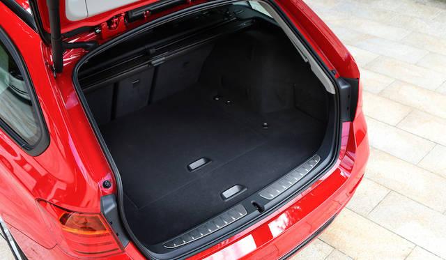 <strong>BMW 320d BluePerformance Touring|ビー・エム・ダブリュー 320d ブルーパフォーマンス ツーリング </strong><br />荷室容量は495リットル。後席を倒すことで最大1,500リットルまで拡大する