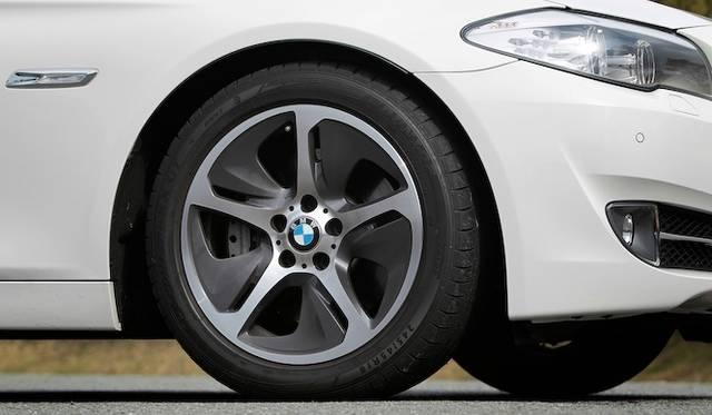 <strong>BMW ActiveHybrid 5|ビー・エム・ダブリュー アクティブハイブリッド 5</strong><br />専用デザインの18インチアルミニウムホイールは回転方向が定められている