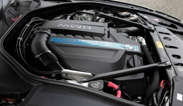 <strong>BMW ActiveHybrid 5|ビー・エム・ダブリュー アクティブハイブリッド 5</strong><br />フロントに搭載される3リッター直列6気筒ターボエンジンは、単体で306psを発生する。モーター併用時の総出力は340psに達する