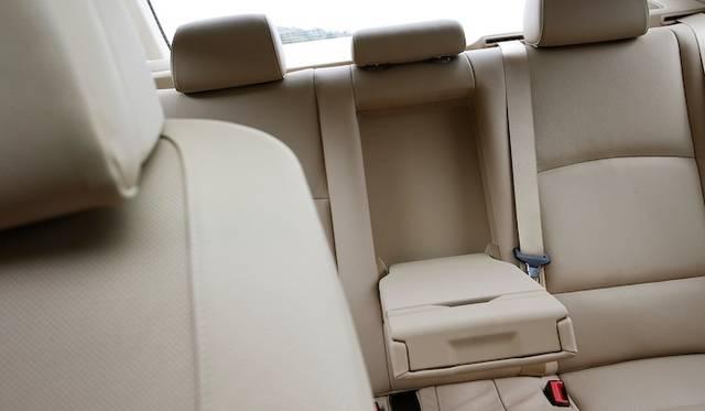 <strong>BMW ActiveHybrid 5|ビー・エム・ダブリュー アクティブハイブリッド 5</strong><br />背後にバッテリーボックスを備える都合上、トランクスルーは採用されていない