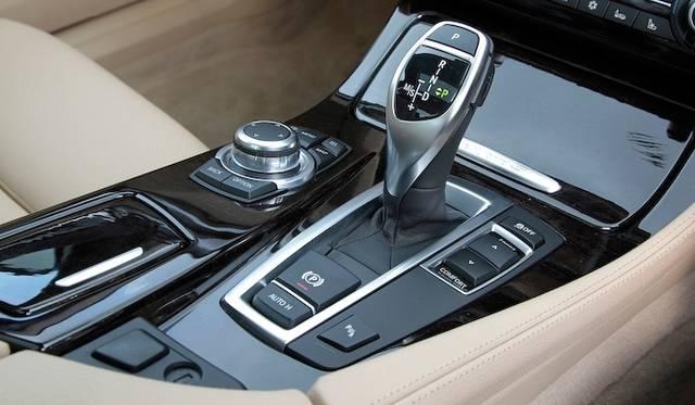 <strong>BMW ActiveHybrid 5|ビー・エム・ダブリュー アクティブハイブリッド 5</strong><br />トランスミッションは8段AT