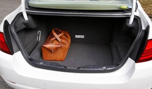 <strong>BMW ActiveHybrid 5|ビー・エム・ダブリュー アクティブハイブリッド 5</strong><br />トランク容量は375リットルを確保するするが、バッテリーユニットが直立しているためトランクスルーは実装されない