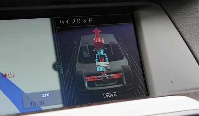 <strong>BMW ActiveHybrid 5|ビー・エム・ダブリュー アクティブハイブリッド 5</strong><br />エンジンで走行中の表示