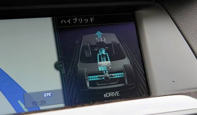 <strong>BMW ActiveHybrid 5|ビー・エム・ダブリュー アクティブハイブリッド 5</strong><br />バッテリーを使用した走行中の表示