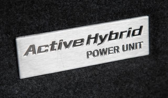 <strong>BMW ActiveHybrid 5|ビー・エム・ダブリュー アクティブハイブリッド 5</strong><br />トランクルームの後席の背面にあたる壁面のバッヂ