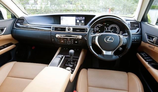 <strong>Lexus GS450h|レクサス GS450h</strong><br />中央に12.3インチディスプレイをそなえ、水平基調のデザインでまとめられたインテリア