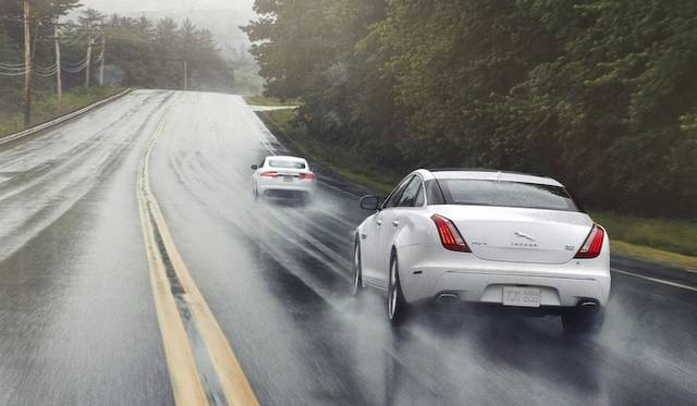 <strong>Jaguar XJ|ジャガー XJ</strong><br />前方を行くのはおなじエンジンを搭載する「XF」