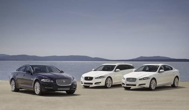 <strong>Jaguar XJ|ジャガー XJ(左)</strong><br /><strong>Jaguar XF Sportbrake|ジャガー XF スポーツブレーク (中)</strong><br /><strong>Jaguar XF|ジャガー XF(右)</strong><br />2013年モデルでは、これら2車種3ボディに、2リッター4気筒エンジンが搭載される。