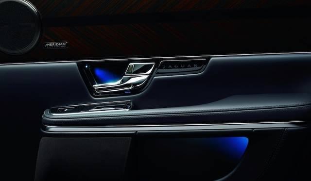 <strong>Jaguar XJ|ジャガー XJ</strong><br />左上に見えるのは、今回からオプションとして選択が可能になったメリディアンのスピーカーだ