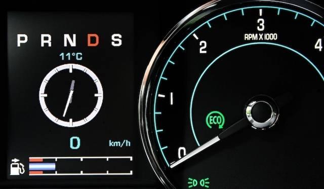 <strong>Jaguar XJ|ジャガー XJ</strong><br />2リッターエンジンを搭載した以外のモデルでは、停車後0.3秒でエンジンを停止させる「インテリジェント・ストップ・スタートシステム」が採用される