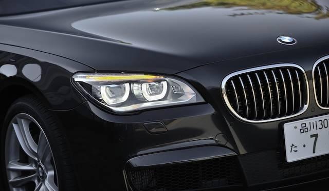 <strong>BMW ActiveHybrid 7 M Sport Package|ビー・エム・ダブリュー アクティブハイブリッド7 Mスポーツパッケージ</strong><br />ヘッドライトの上部にライン状のLEDウインカーが採用された