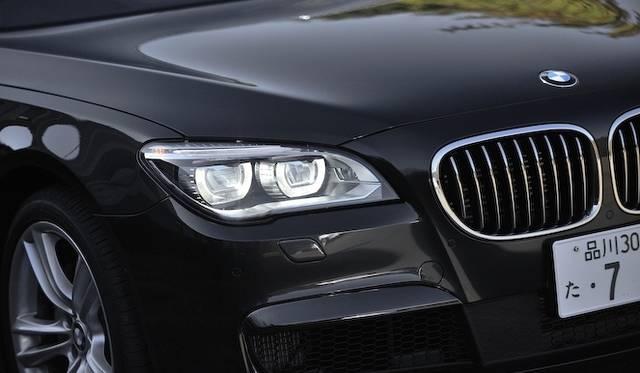 <strong>BMW ActiveHybrid 7 M Sport Package|ビー・エム・ダブリュー アクティブハイブリッド7 Mスポーツパッケージ</strong><br />ヘッドライトは、ロー/ハイともにLEDライトを採用。リングライトそのものがロービームとなる。ただし、740iと740iLはバイキセノンヘッドライトが標準装備