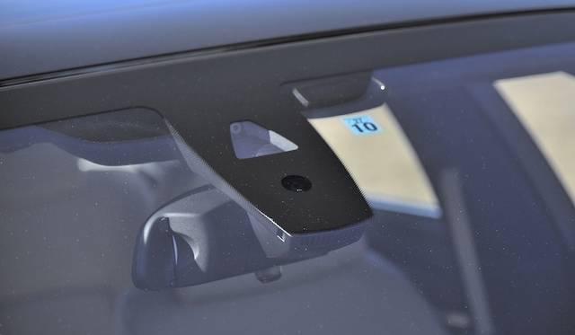 <strong>BMW ActiveHybrid 7 M Sport Package|ビー・エム・ダブリュー アクティブハイブリッド7 Mスポーツパッケージ</strong><br />フロントガラス中央部にはトップビューカメラをそなえる