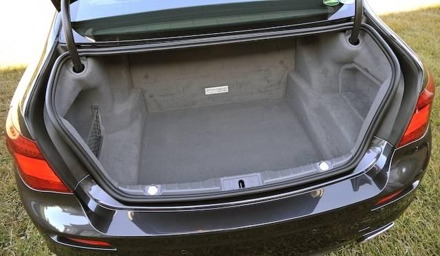 <strong>BMW ActiveHybrid 7 M Sport Package|ビー・エム・ダブリュー アクティブハイブリッド7 Mスポーツパッケージ</strong><br />トランク容量は360リットルと、通常グレードに比べて、バッテリーが設置してある分少なくなっている