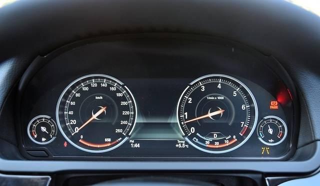 <strong>BMW 740i|ビー・エム・ダブリュー 740i</strong><br />7シリーズはアクティブハイブリッドを除きメーターパネルが液晶ディスプレイになった。写真はコンフォートモードのメーターパネル。針が数字を隠さないように、数字の裏側を針が通るように表示される。またその付近の数字が拡大表示され、視認性を高めている