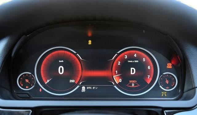 <strong>BMW 740i|ビー・エム・ダブリュー 740i</strong><br />スポーツモードのメーターパネル