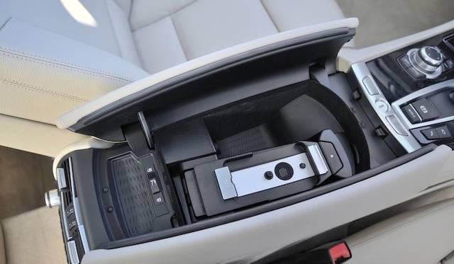 <strong>BMW 7 Series |ビー・エム・ダブリュー 7シリーズ</strong><br />センターコンソールボックス内にはiphone専用の接続ホルダーが設置されている。