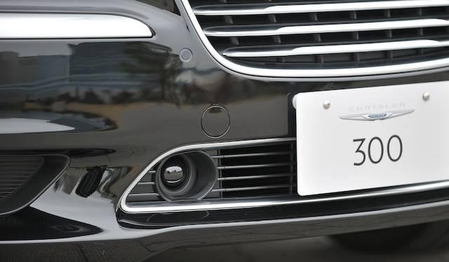 <strong>Chrysler 300C Luxury|クライスラー 300C ラグジュアリー</strong><br />アダクティブクルーズコントロールと、全面衝突警告装置を作動させるレーダーがフロントバンパーに内蔵されている