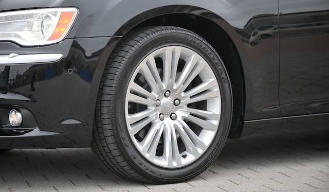 <strong>Chrysler 300C Luxury|クライスラー 300C ラグジュアリー</strong><br />タイヤサイズは245/55ZR20を装着する