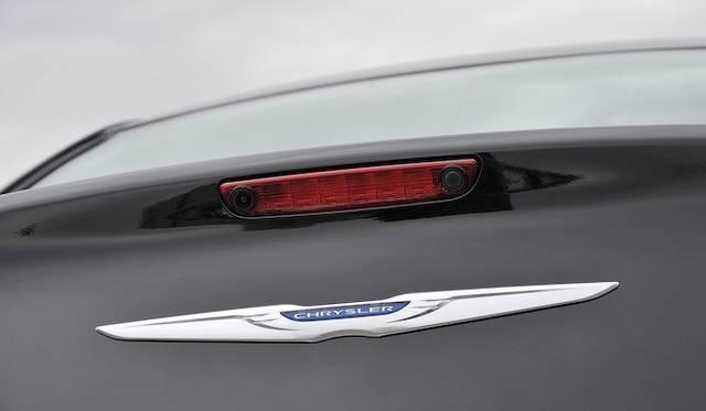 <strong>Chrysler 300C Luxury|クライスラー 300C ラグジュアリー</strong><br />リアビューカメラを内蔵したハイマウントストップランプ。左側がカメラで右側はトランクオープナー